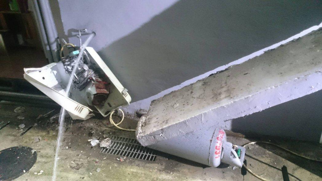 二樓違建雨遮疑似耐不住大雨崩塌,砸爛一樓熱水器,且撞倒一桶瓦斯。記者陳雕文/翻攝
