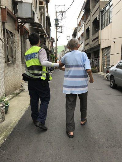 台中后里分眾所的巡邏員警擔心老翁安危,但在老翁不願上警車的狀況下,毅然決定以步行...
