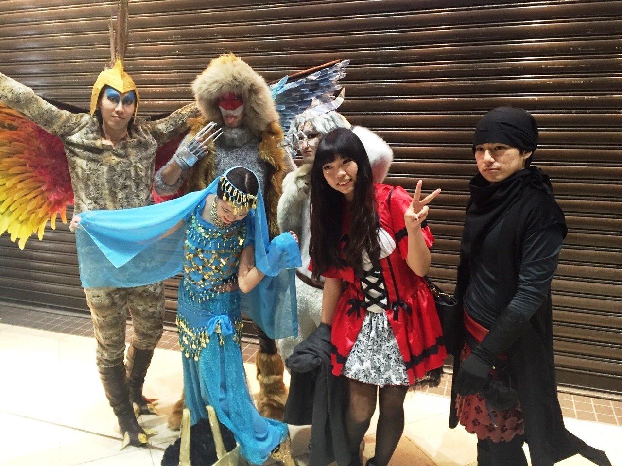 郭美玲(右2)喜愛日本文化,也曾參加過cosplay活動。圖/明道大學提供