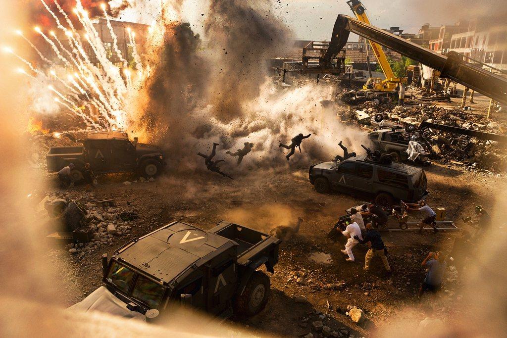 「變形金剛5:最終騎士」首次使用兩台IMAX攝影機進行3D實拍,並且有98%的畫...