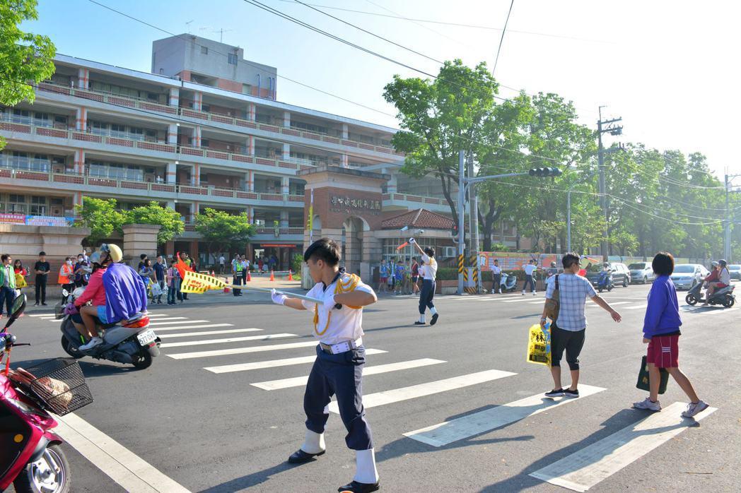 國立新化高中糾察隊的交通指揮動作,如軍事出操,令人印象深刻。記者吳淑玲/攝影