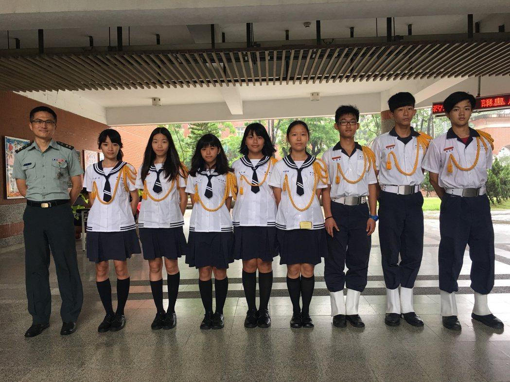 國立新化高中男女糾察隊是該校傳統,學生以加入糾察隊為榮。記者吳淑玲/攝影