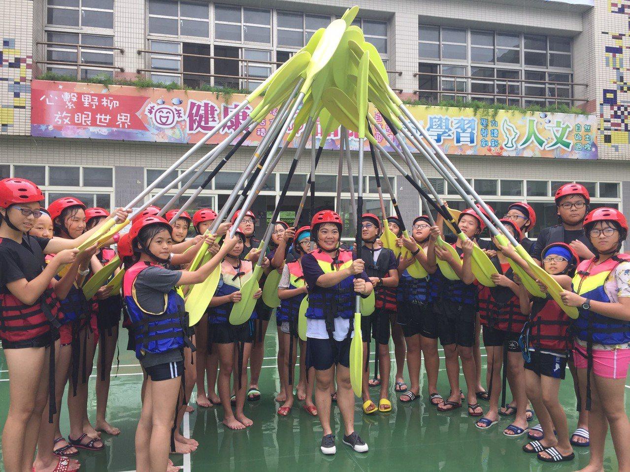 野柳國小發展海洋特色,每年5到10月都有划獨木舟課程,也是畢業生必須通過的一項考...