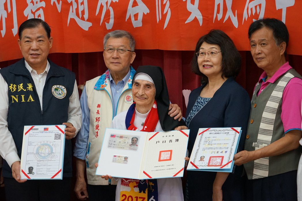 高齡86歲的趙秀容今日領到身分證,正式成為台灣人。記者陳妍霖/攝影