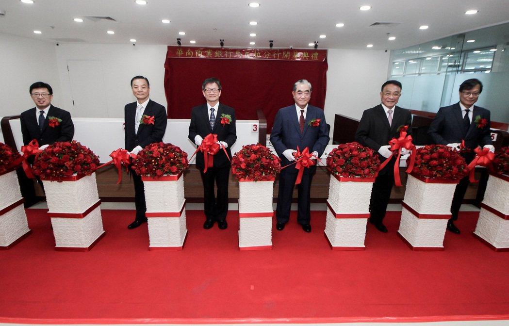 由左至右為華南銀行馬尼拉分行經理賴坤賢、中華民國駐菲律賓代表辦事處公使朱曦、華南...