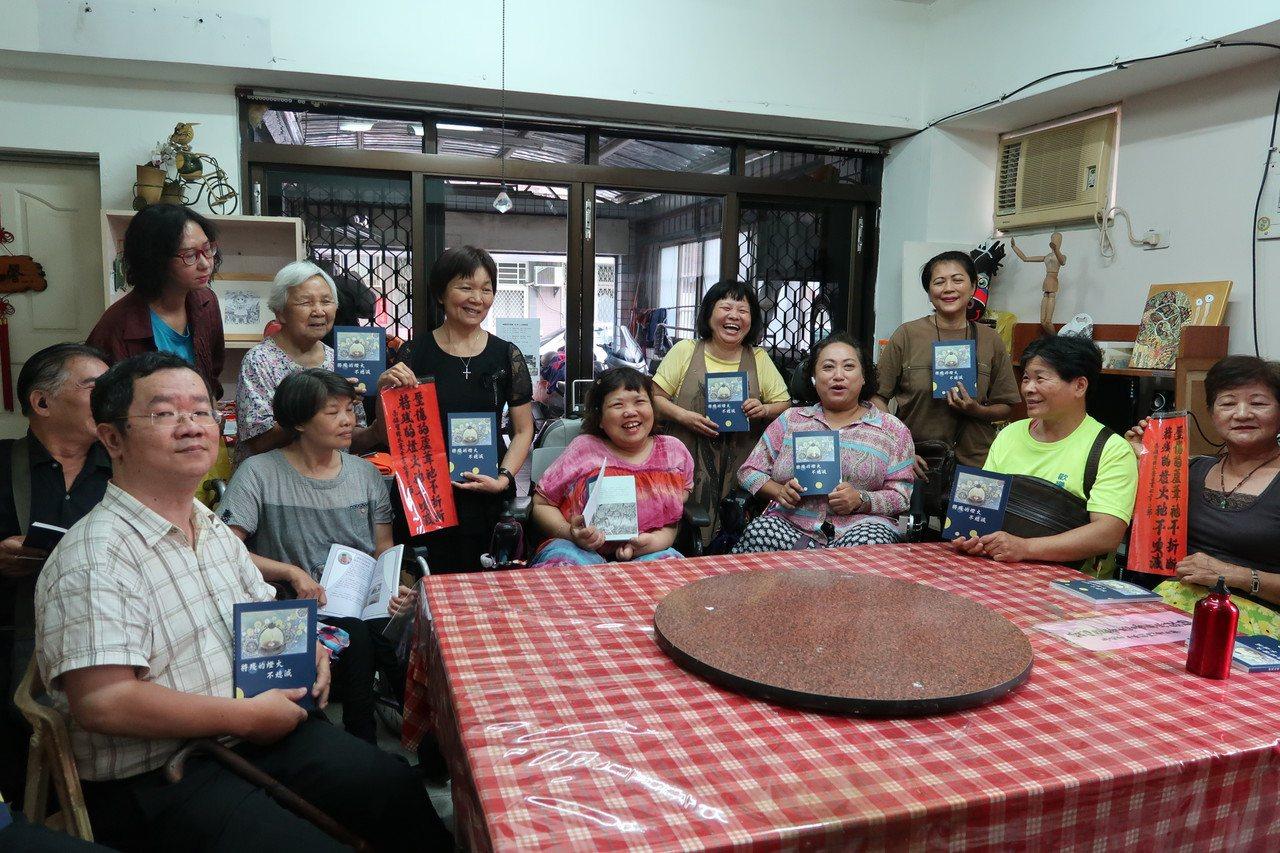 羅騰園殘障服務協會出版「將殘的燈火不熄滅」一書,收錄多篇照亮生命的故事。記者翁禎...
