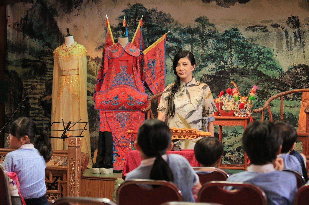 吳家麗在「今晚打喪屍」中再度扮演過氣粵劇花旦。圖/華映提供