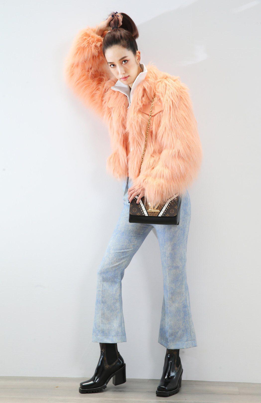 陳庭妮以粉紅色人造皮草穿出2017秋冬裝的柔美。記者/徐兆玄攝影