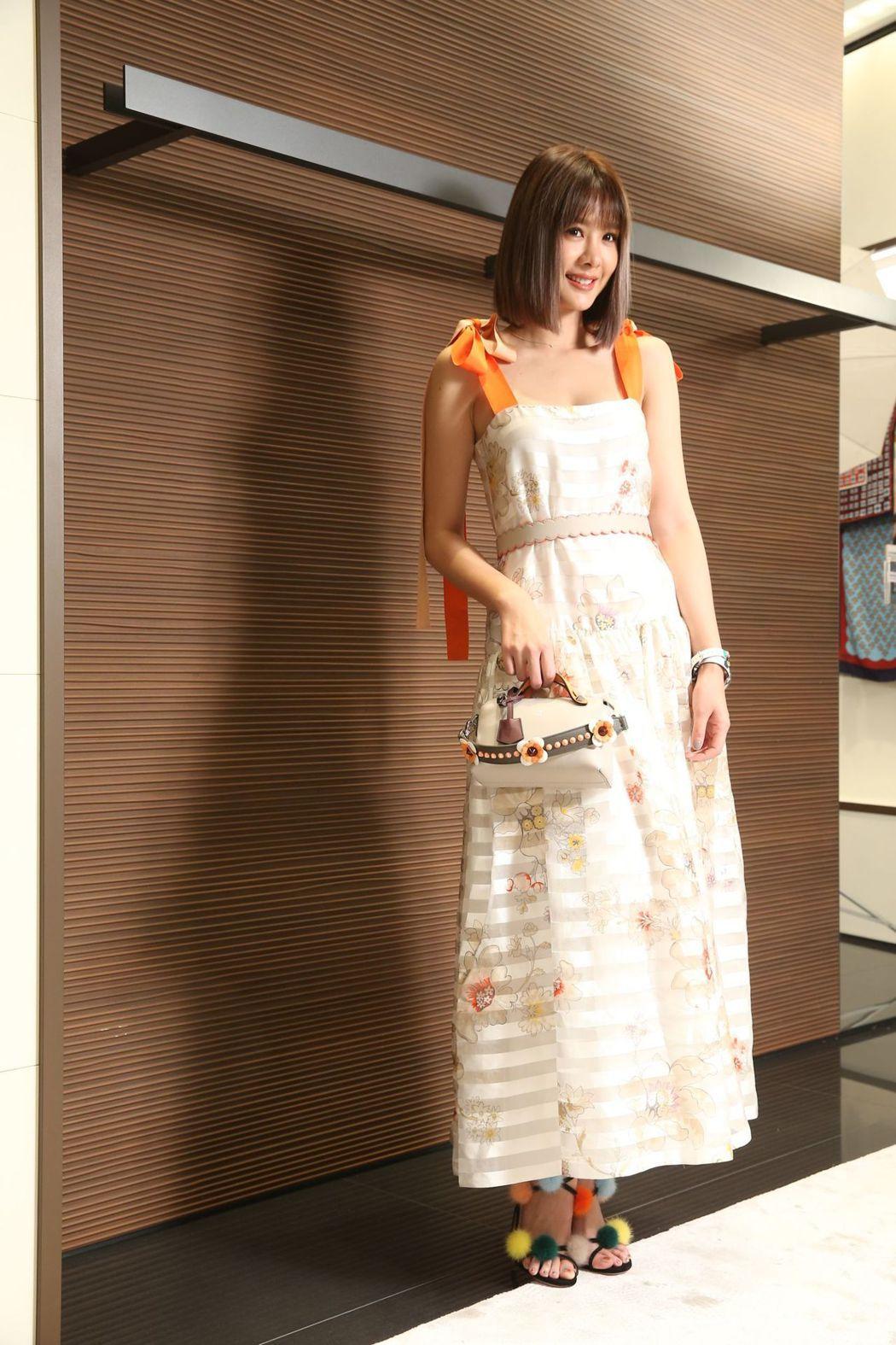安心亞身穿橘色條紋綁帶洋裝10萬5,000元、皮草涼鞋35,900元、Mini ...