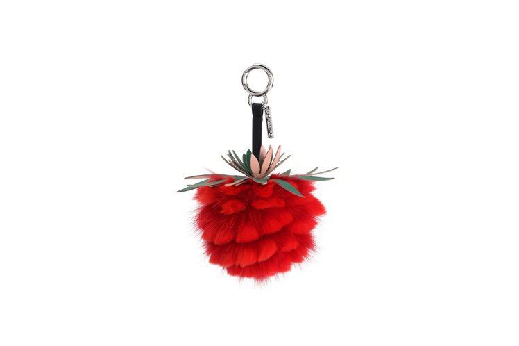紅色鳳梨吊飾,售價23,400元。圖/FENDI提供