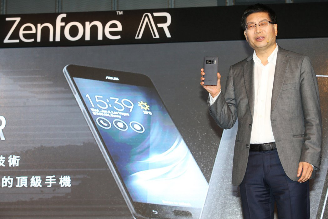 華碩執行長沈振來出席ZenFone AR智慧型手機上市記者會大力推薦ZenFon...