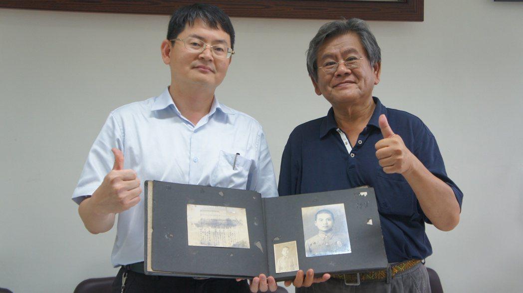 溫宗正(右)今天將父親溫秋富已有70多年歷史的畢業紀念冊,致贈給桃園農工,校長陳...
