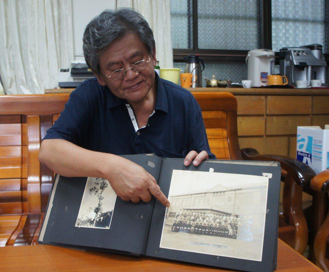 溫宗正帶著父親溫秋富已有70多年歷史的畢業紀念冊到桃園農工。記者李京昇/攝影