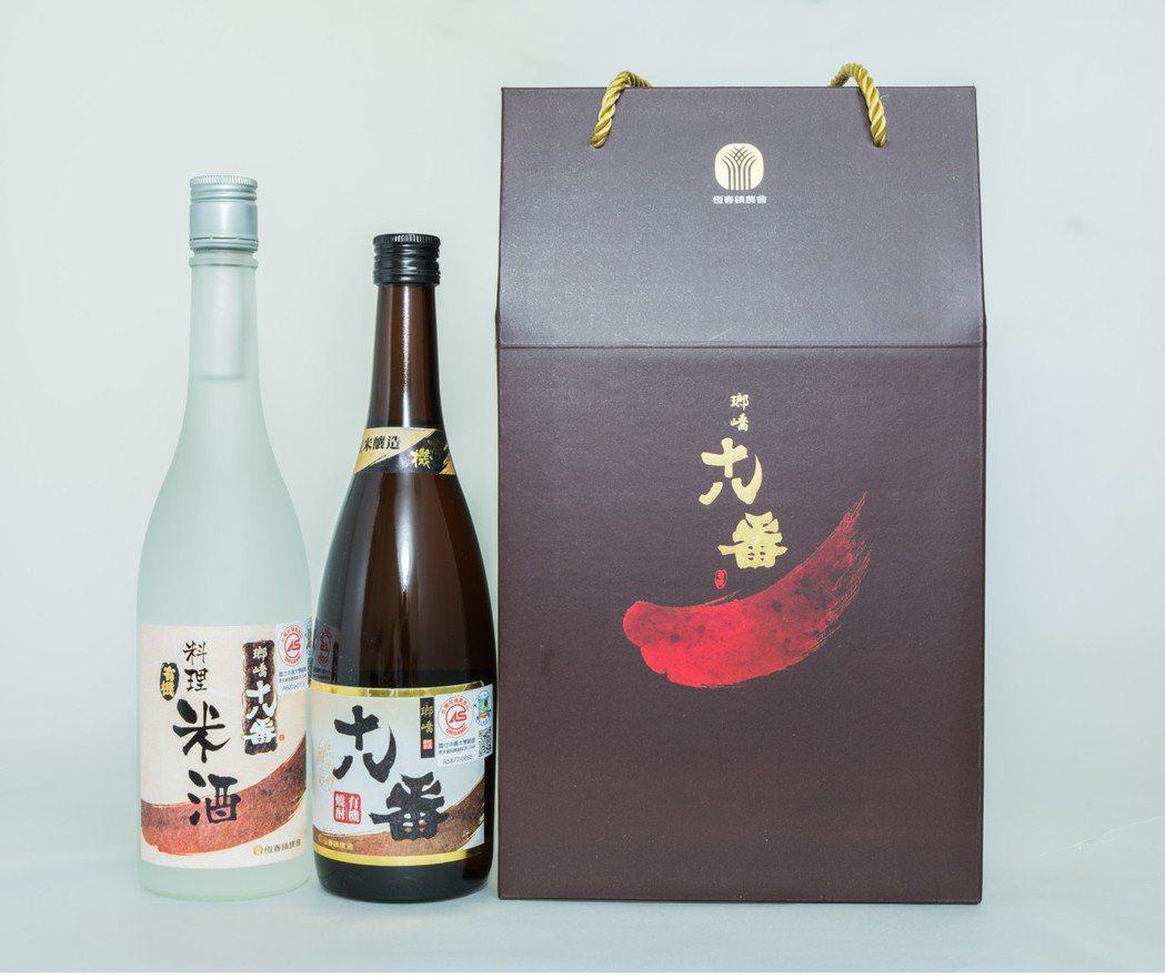 屏東恆春鎮農會用有機米釀製的有機燒酎和料理米酒。記者潘欣中/翻攝