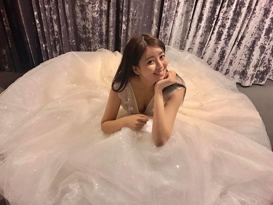 賴琳恩PO性感婚紗照。圖/摘自臉書