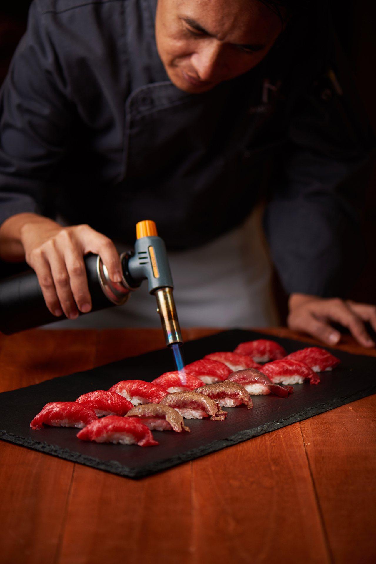 美福飯店彩匯自助餐主廚謝金龍炙燒和牛握壽司。圖/美福提供