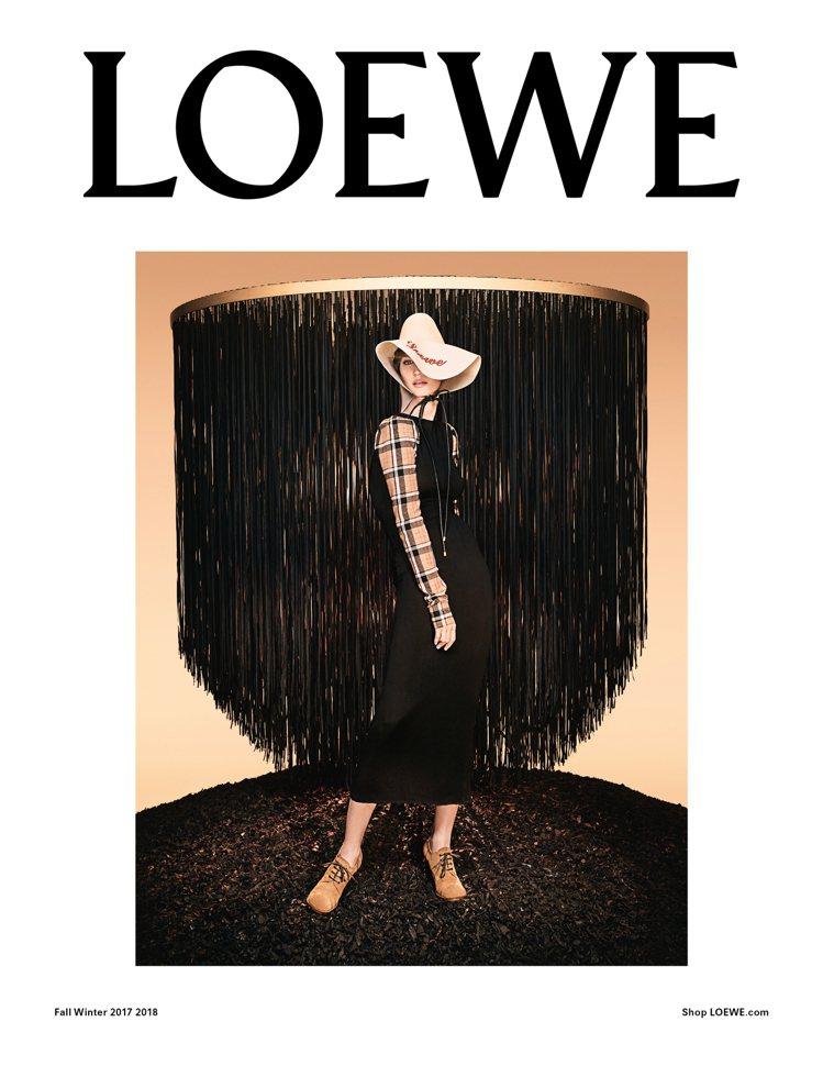 LOEWE的秋冬形象廣告展現吉賽兒邦臣的魅力。圖/LOEWE提供