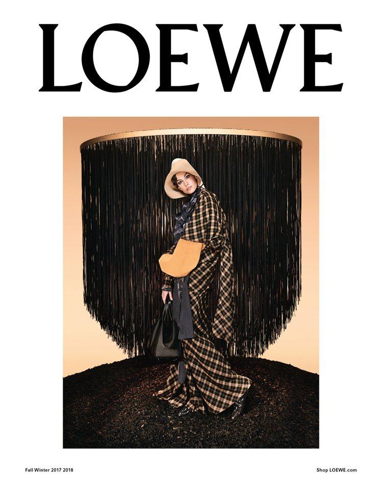 吉賽兒邦臣是LOEWE秋冬形象廣告主角。圖/LOEWE提供