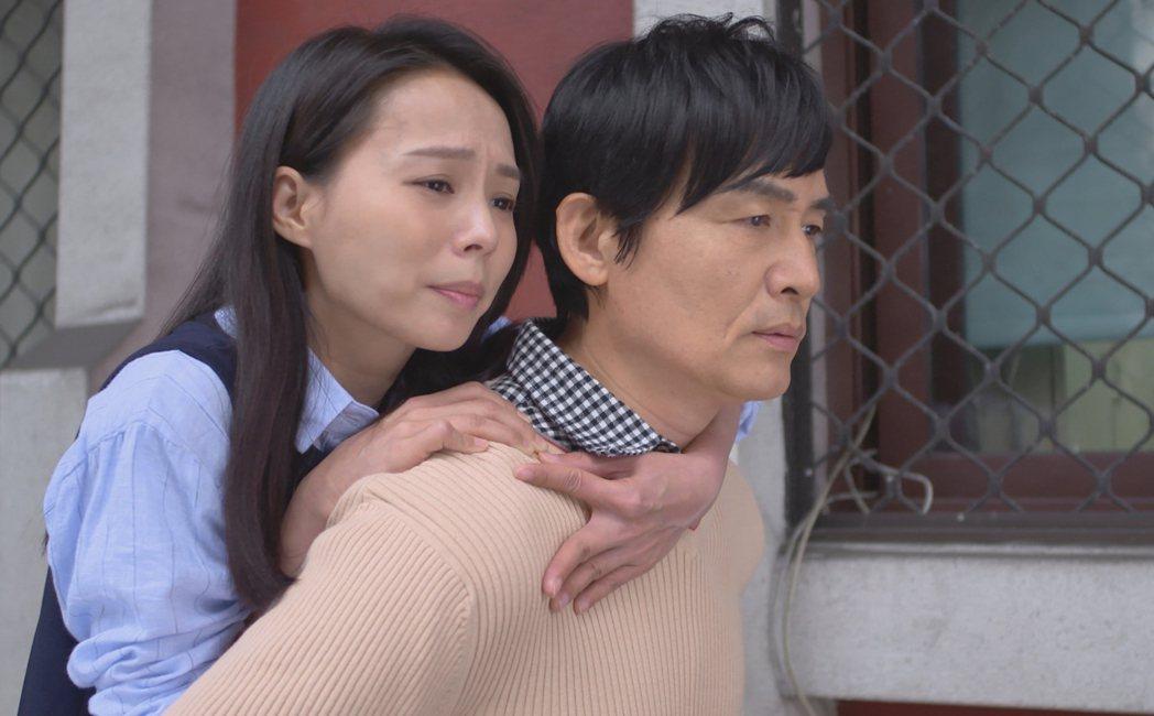 霍正奇(右)背孫淑媚被爆狂喘氣。圖/台視提供