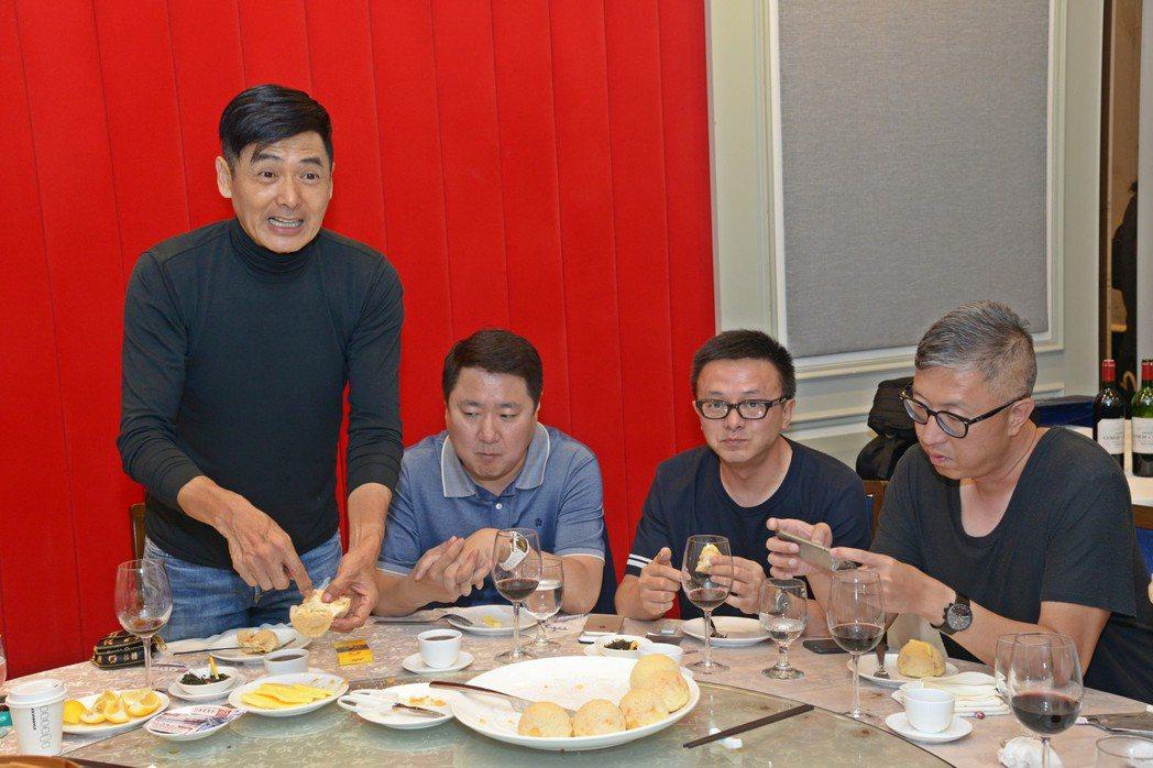 周潤發特別招待「無雙」劇組愛的黃金餐包。圖/&#21452喜提供