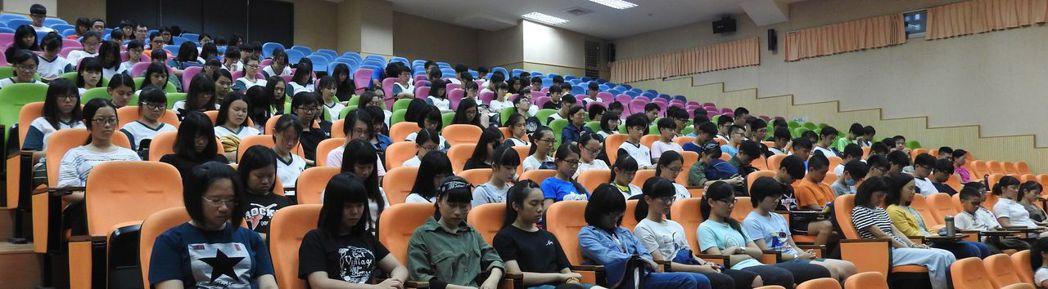 中興高中師生在觀賞《看見台灣》影片前,全體為罹難者追思默哀一分鐘。記者賴香珊/攝...