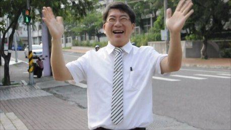 校長郭春松每天在校門口迎接學生。圖/竹崎高中提供
