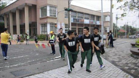 影片中的學生們一開始不想理會校長的早安招呼。圖/竹崎高中提供