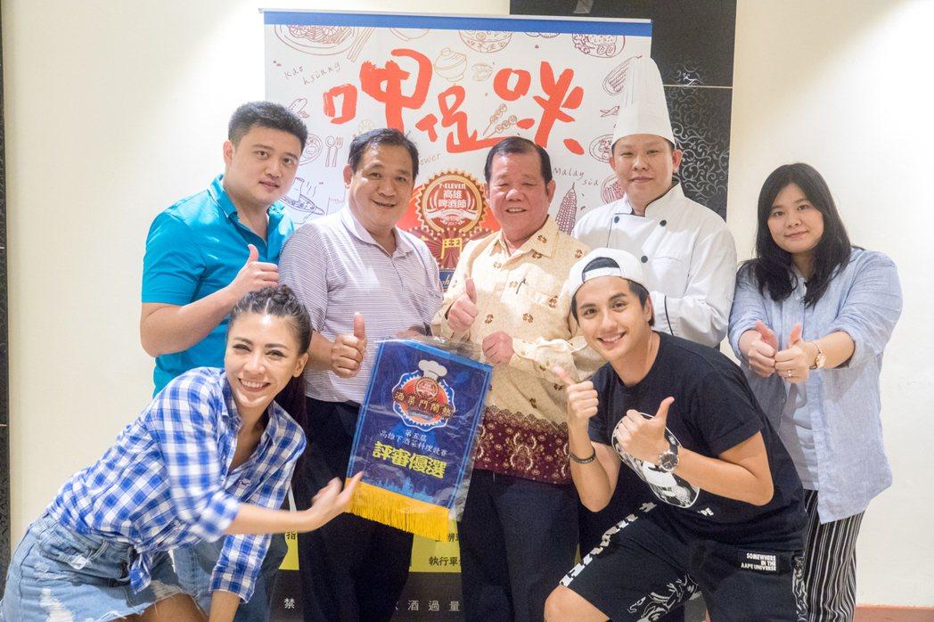 艾怡良與曾子余前進馬來西亞,擔任高雄下酒菜料理推廣大使。圖/寬寬提供