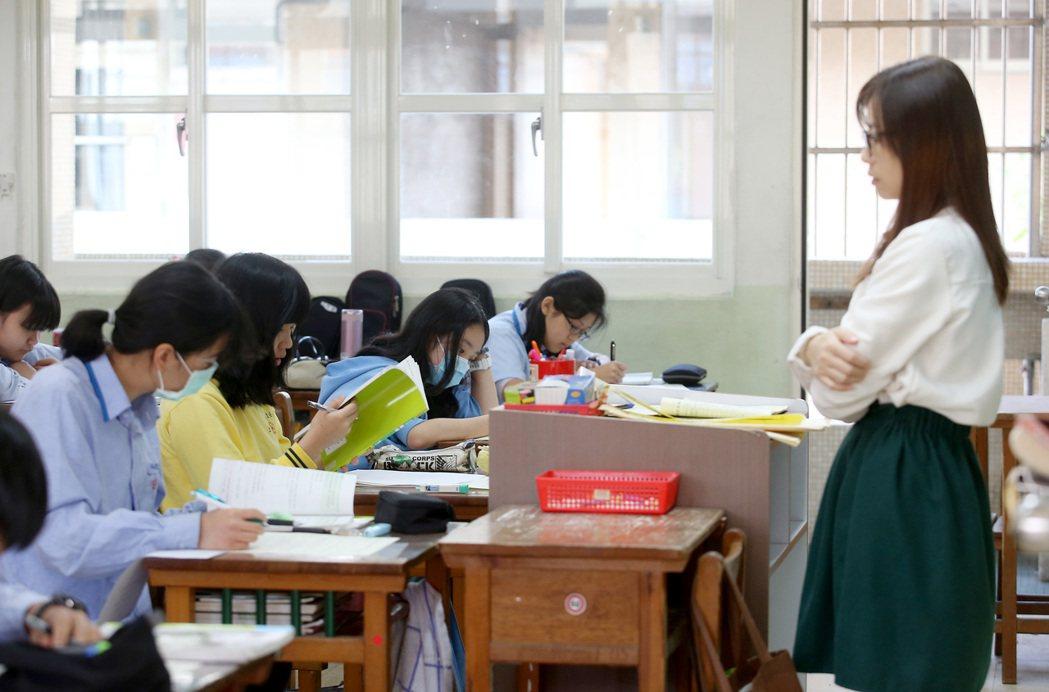 全教總呼籲,代理教師應給滿一年聘期和薪水。非新聞當事人,圖為台北市五常國中試辦段...