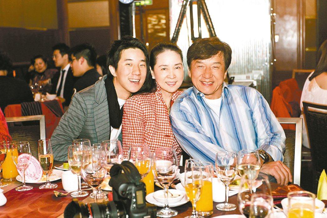 成龍(右起)、林鳳嬌、房祖名一家三口感情好。 圖/群石國際提供
