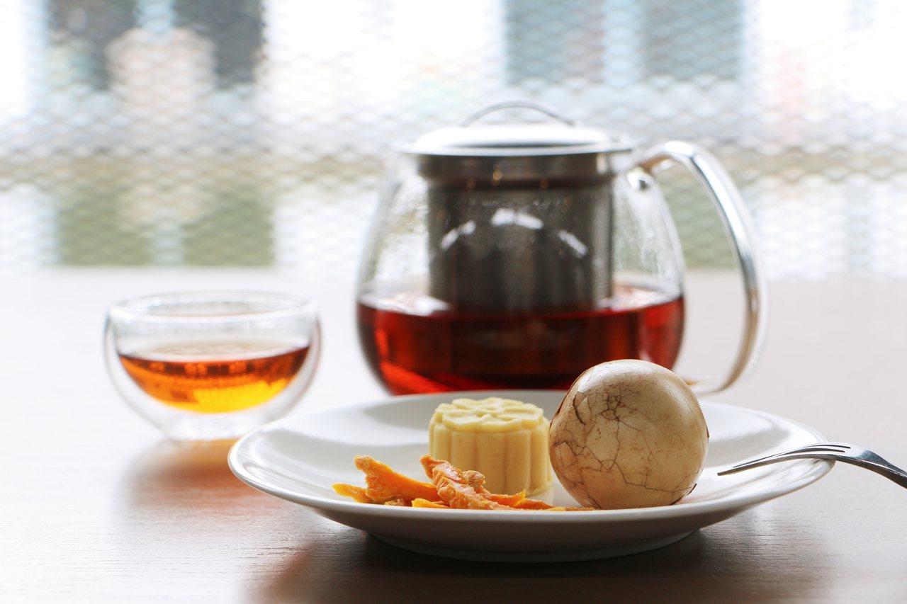 讓人回味無窮的茗茶,佐特製甘茶蛋、桐花綠豆糕及芒果乾。