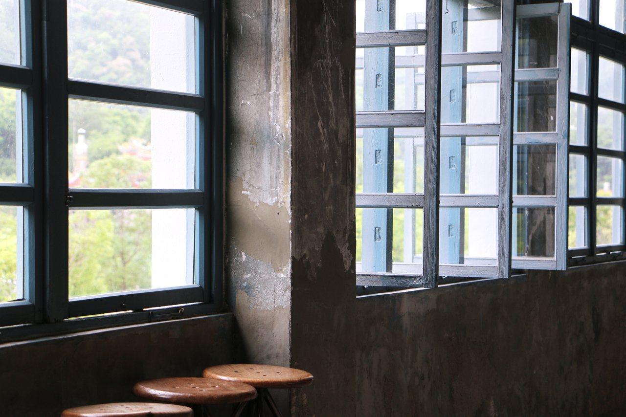 IG打卡熱點的藍色檜木窗櫺,引進徐徐微風。