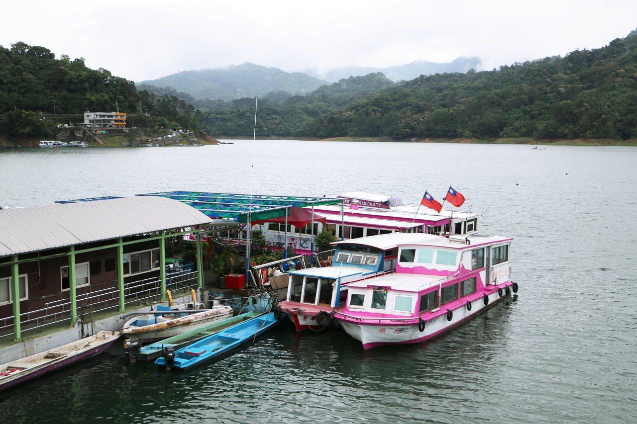 阿姆坪碼頭停靠著居民藍色船隻及觀光小船。