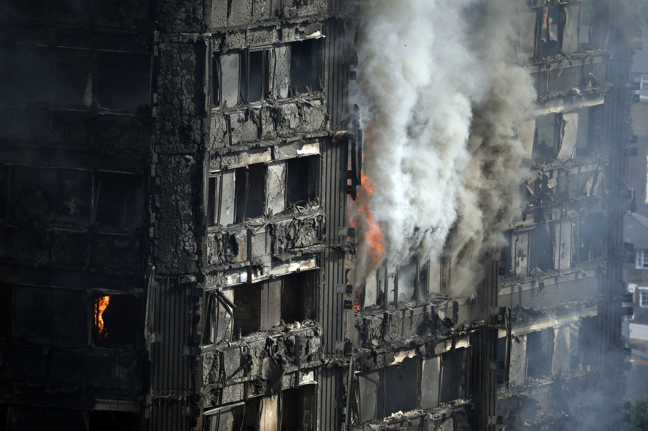 英國倫敦西區24層公寓大樓「格蘭菲塔」14日發生火災,大火延燒猛烈。圖/美聯社