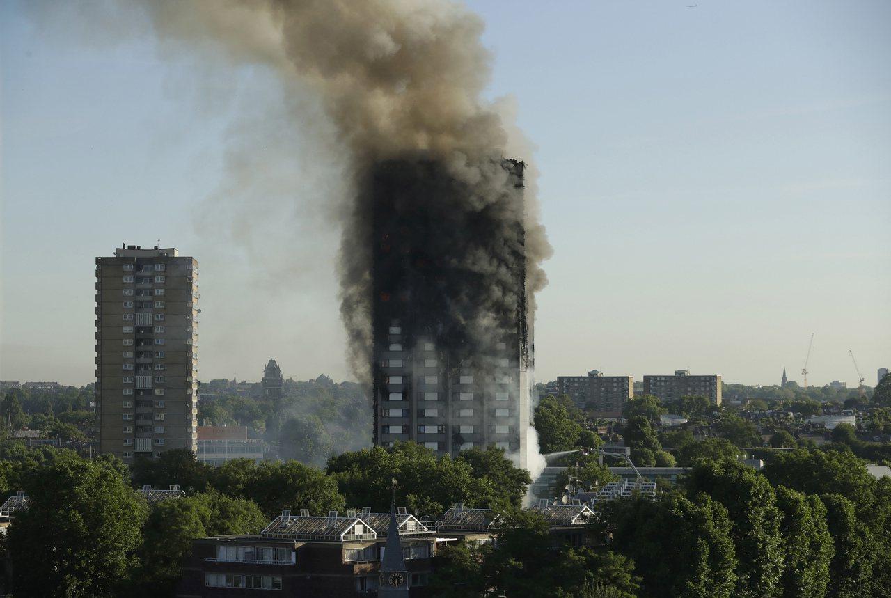 英國倫敦「格蘭菲塔」14日清晨發生大火,已造成12人死亡。美聯社
