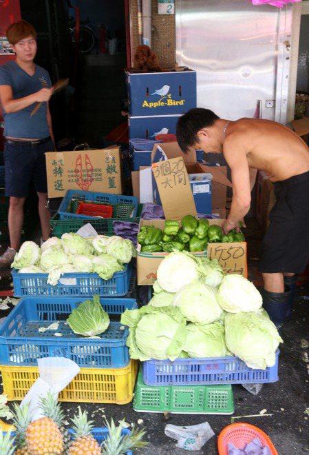 豪雨襲台間接影響菜價,北農說因產地下雨,各菜種漲多跌少。報系資料照。記者邱德祥攝...