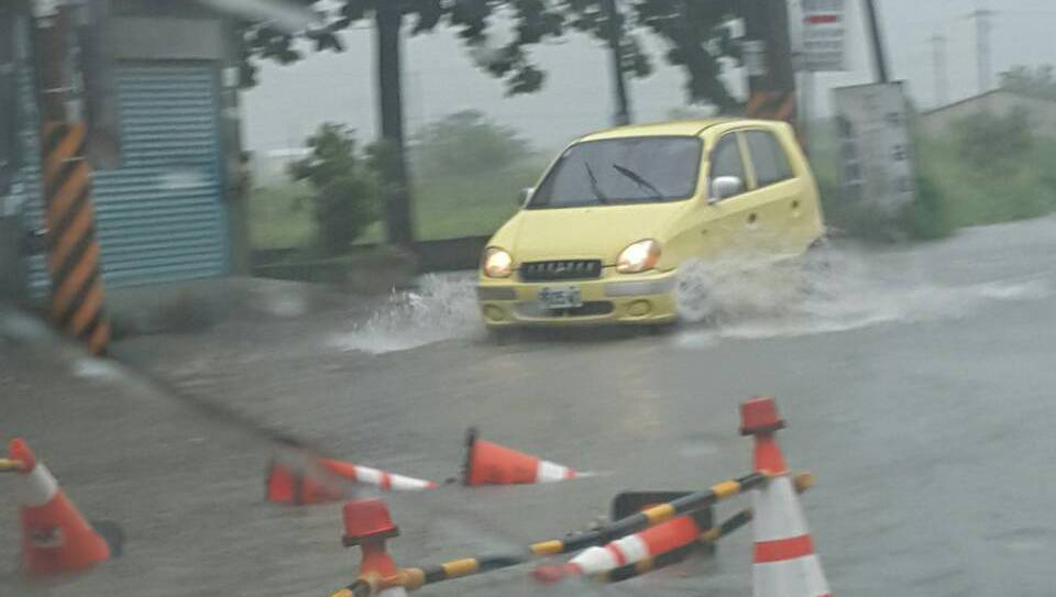 嘉義縣沿海地區上午時雨逾60毫米,造成施工中的縣道嘉157線東石鄉西崙村到布袋鎮...