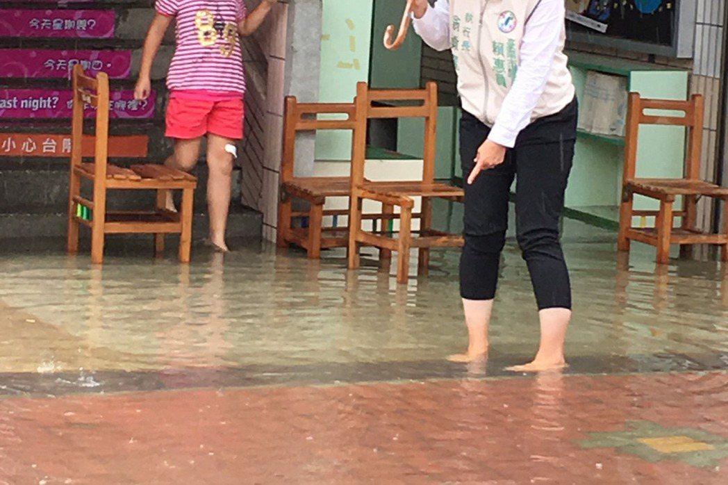 位於地勢低窪地帶的台南鹽水月津國小校園多處積水,高度一度超過腳踝,經校方動用抽水...