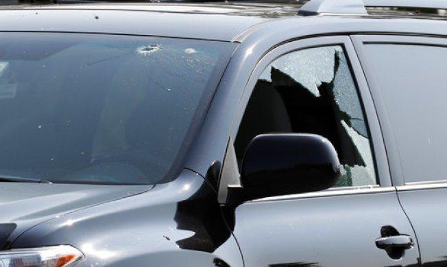 槍擊案發生後,在球場附近的車輛被發現窗戶破裂並有彈孔。美聯社