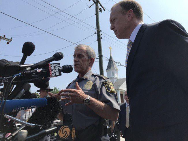 亞力山卓警長布朗(左)與FBI官員到現場舉行記者會。(記者羅曉媛/攝影)