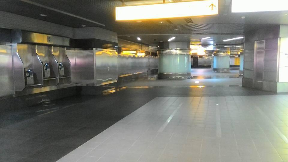 高雄捷運在平常日的周間晚上,就連熱門轉乘站點美麗島站都空無一人。圖擷自岑永康臉書