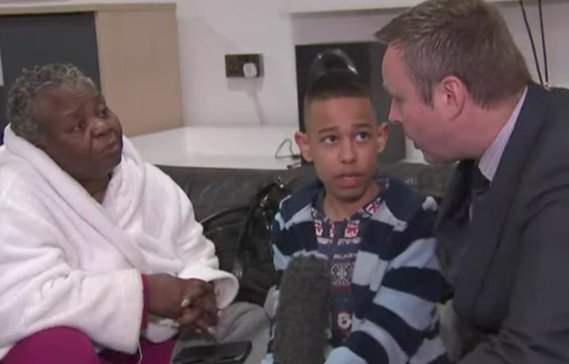英國天空新聞記者在採訪一名逃出火場的男童時,對他說出:「你今天不用上學」,引發網...
