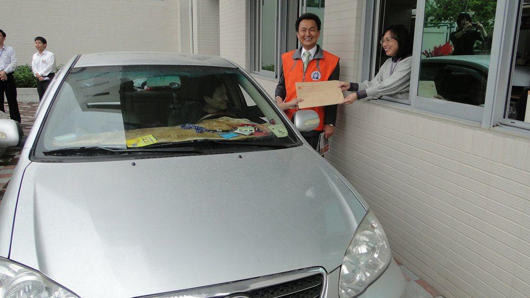 國稅局花蓮縣分局設立全國第一道綜所稅免下車專用道。 記者范振和/攝影
