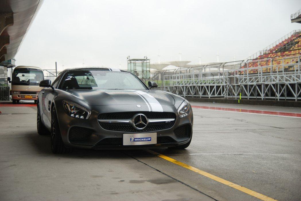 第一關的賽道圈速體驗方面,試胎車款為 Mecedes-AMG GTS,搭載 4....