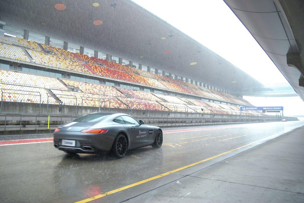 以當天的強降雨天氣來說,上海奧迪賽車場的賽道排水性相當出色,鮮有積水路段。 記者...