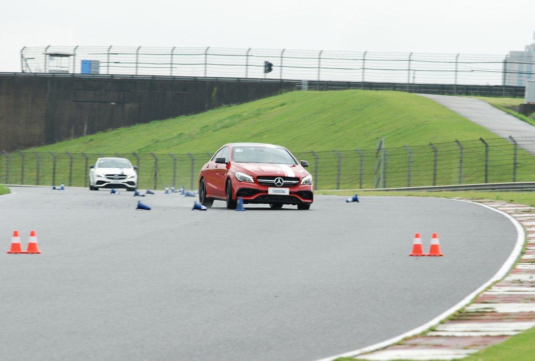 紅車車款搭載的輪胎是競品馬牌 CSC6。 記者林鼎智/攝影