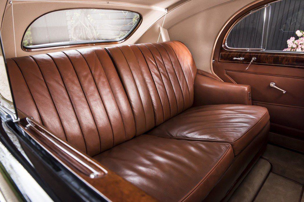 奢華的皮革座椅,承載過加拿大、澳洲及紐西蘭的國家元首,也曾帶領蒙哥馬利元帥走訪英國各地。圖/Rolls-Royce提供