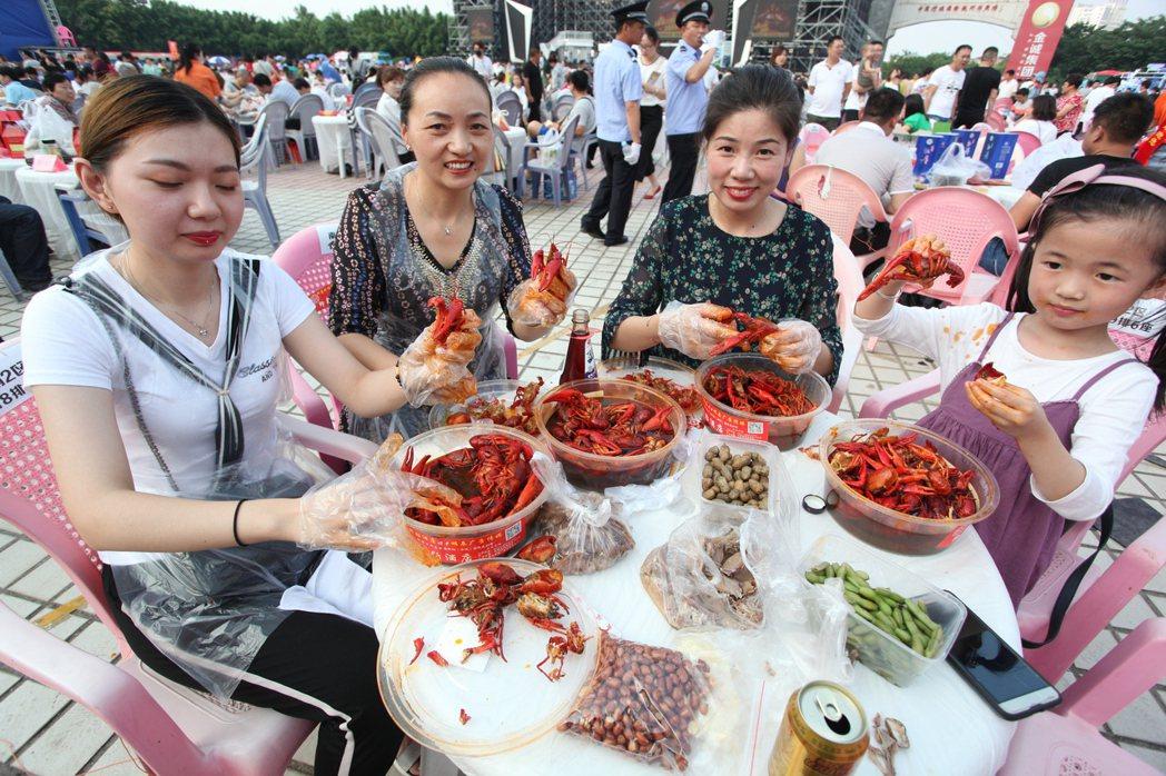 盱眙萬人龍蝦節一晚就吃掉35噸小龍蝦十分驚人。 圖/本報資料照