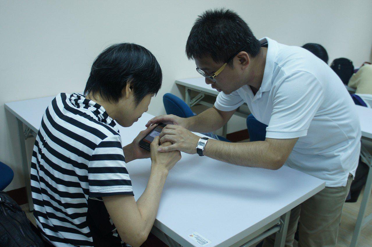 課程練習時間,助教為視障朋友提供個別指導。圖/國立臺灣圖書館提供