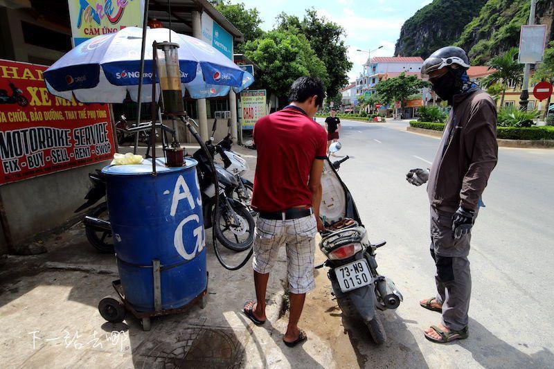 路邊簡易加油站。 攝影/賴勳毅